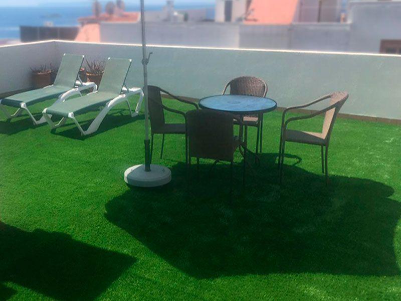 Ático terraza forrada de césped artificial