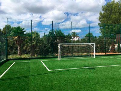 Instalación de césped artificial en un campo de futbol en Ibiza