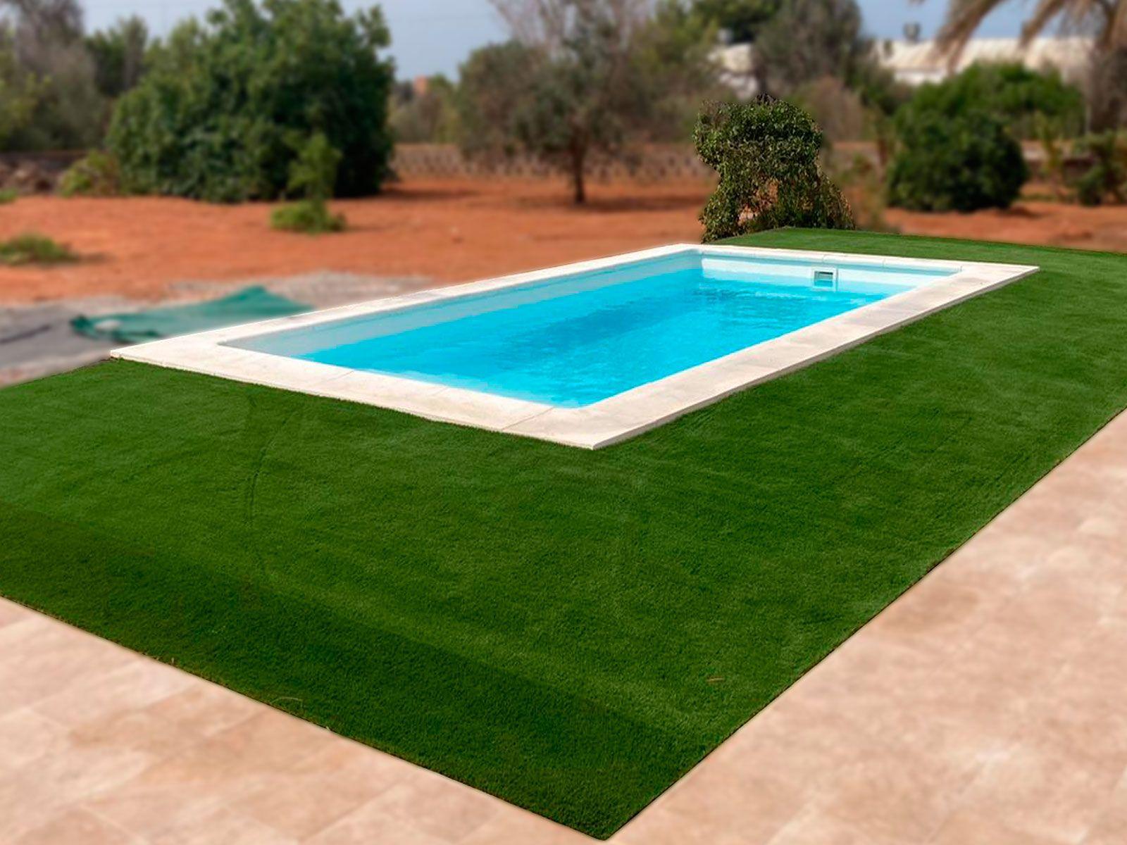 Jardín de la piscina en césped artificial
