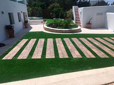 Instalación jardín decorativo artificial en la pradera de la casa